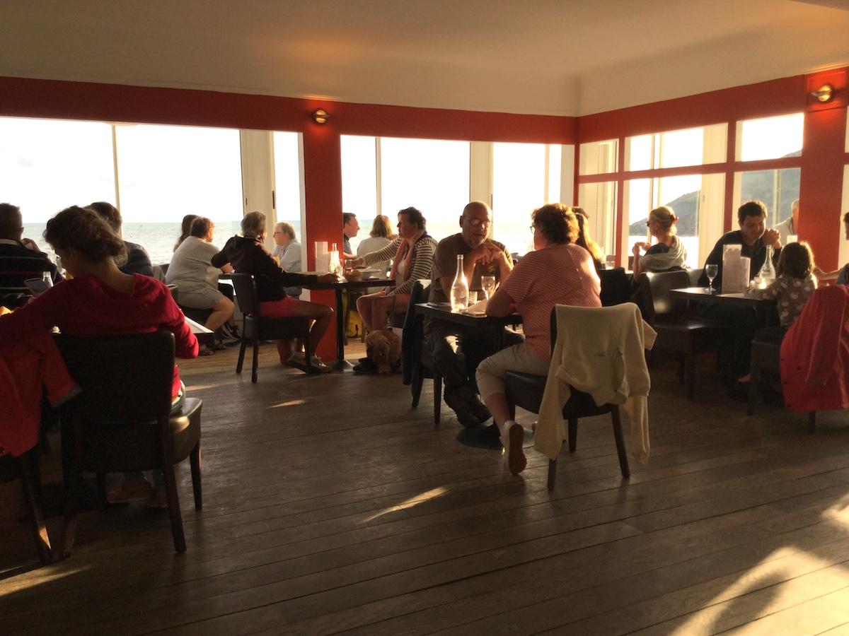 L'heure dorée — BAr-restaurant de la plage de Barneville-Carteret, dans la Manche.L'heure dorée